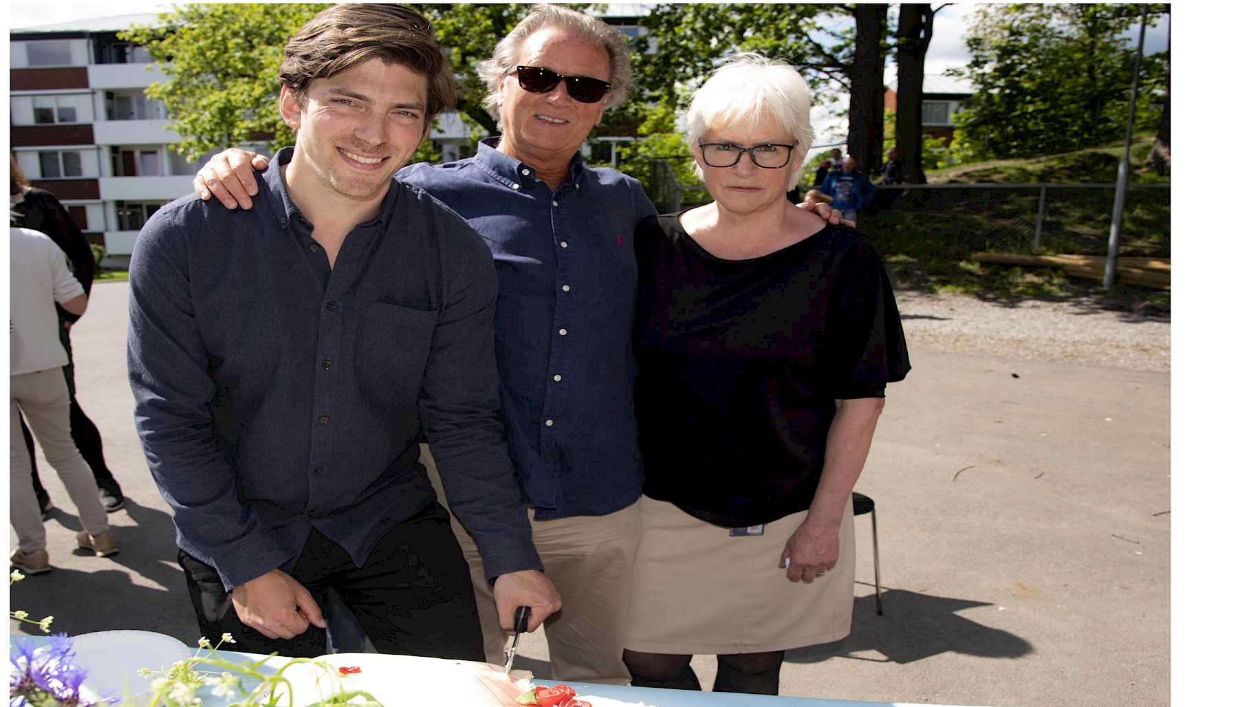 Coordinator Sigurd Riste Andersen cuts the cake with the subject coordinator, Hans Christian Michaelsen, and head of studies for the family therapy study programme, Randi Bagge.